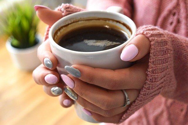 šálek kávy v dlaních
