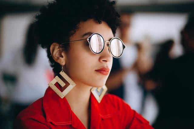 Mladá žena vo výrazných slnečných okuliaroch a náušniciach.jpg