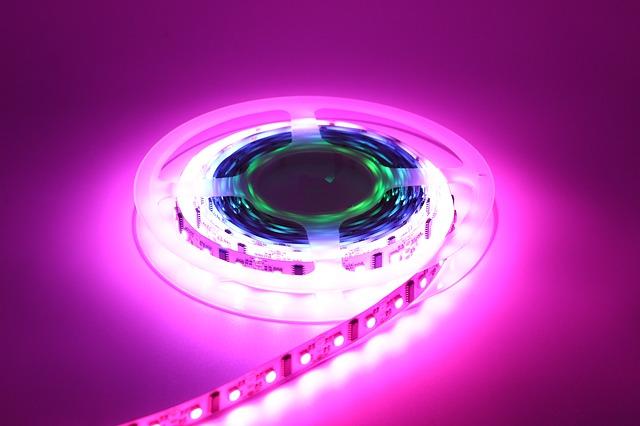 LED, led pásy, kotúč, fialové pozadie.jpg