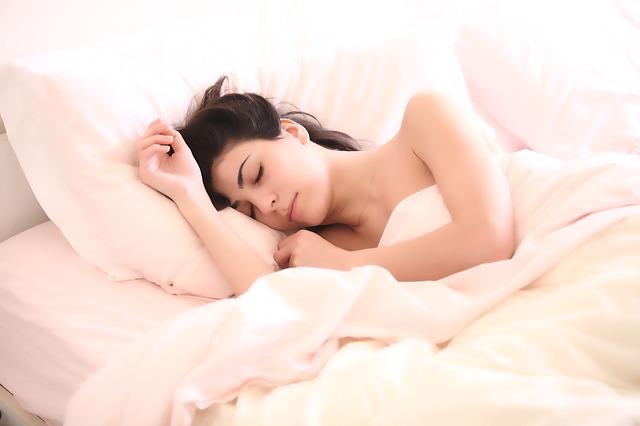 spokojne spiaca žena