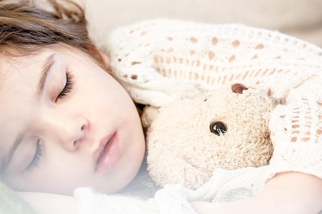 dieťa spiace s medvedíkom