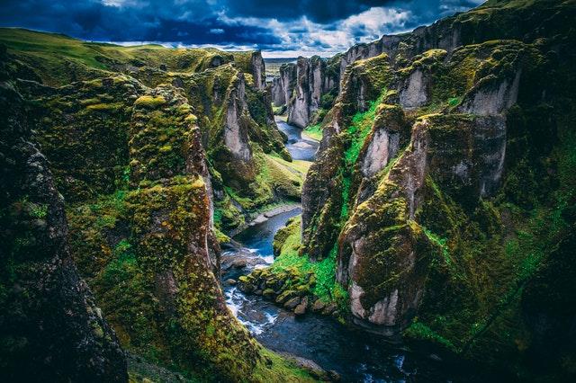 Rieka tečúca v kaňone medzi skalami.jpg