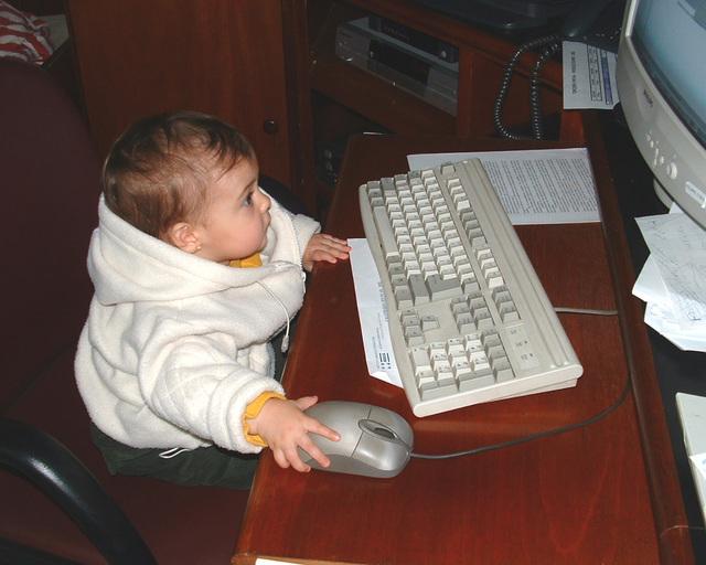 - Malé dieťa pri počítači.jpg